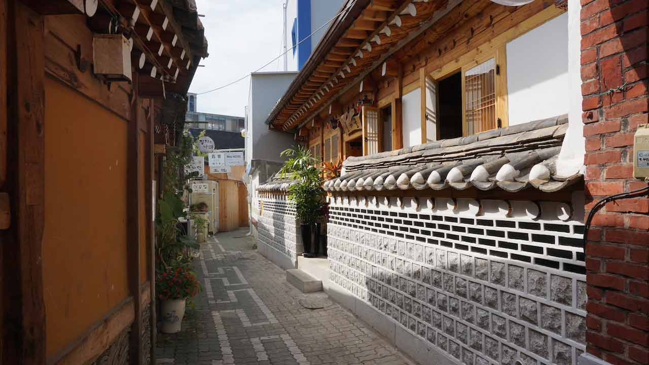 An empty alleyway designed in the style of Korean architecture in Seoul
